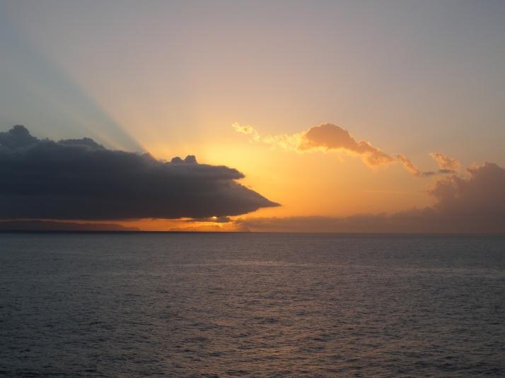 Aurinko on noussut. Kultapilvi ui harmaan yli.