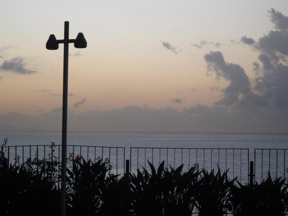 Nousevan auringon kajo. Pilvet marssivat esiin oikealta.