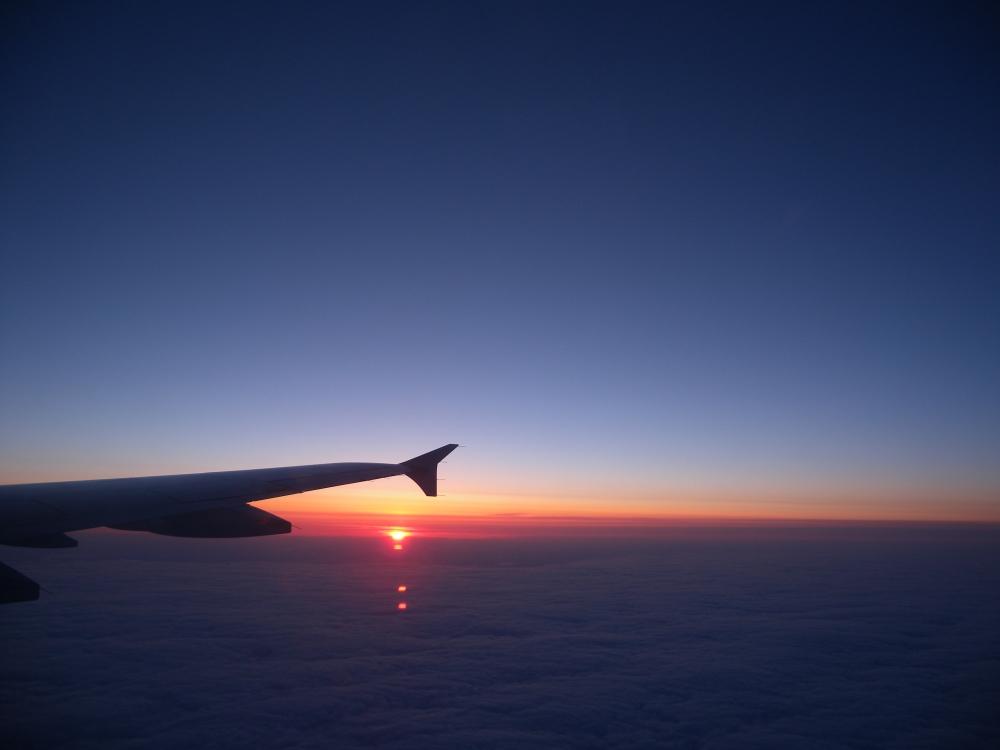 Lentokoneen siven alla aurinko