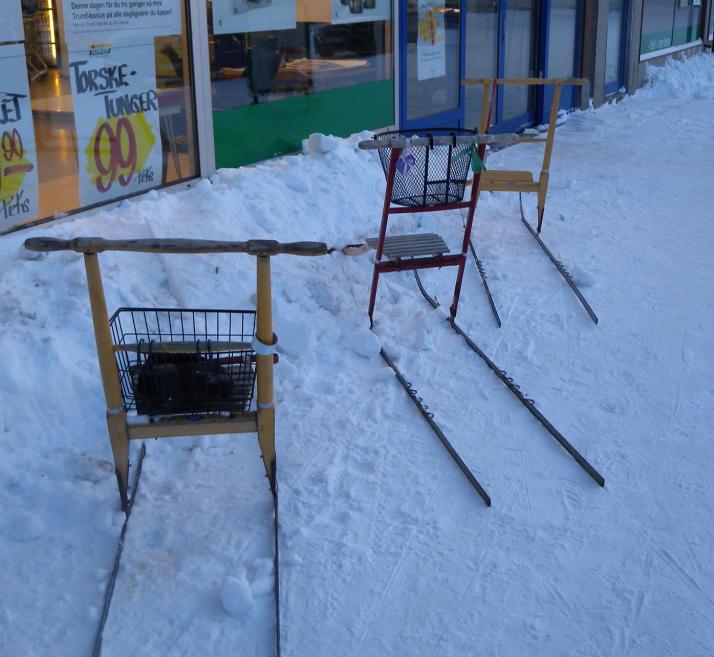 Potkuriparkki ostarin edessä Kikenesissä.