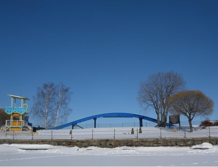 Särkänniemi Näsijärven rannalla. Huvipuiston laite tarvilevossa.