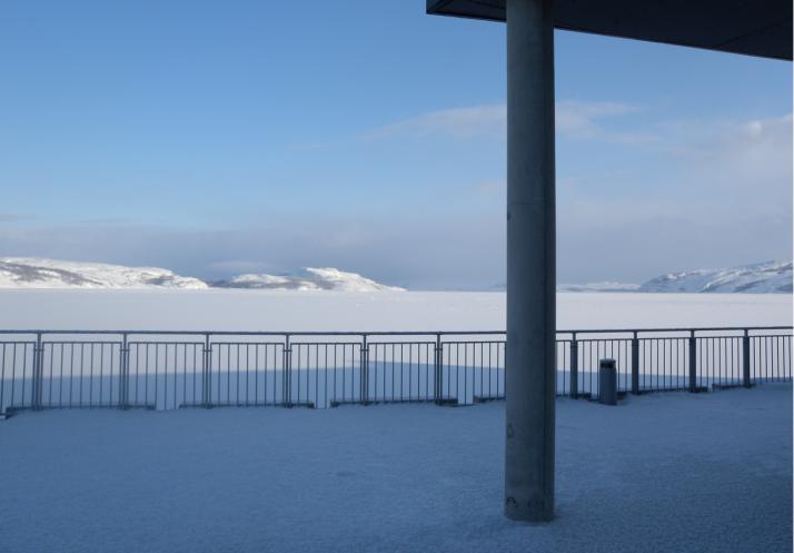 Talvinen terassi Jäämeren rannalla.