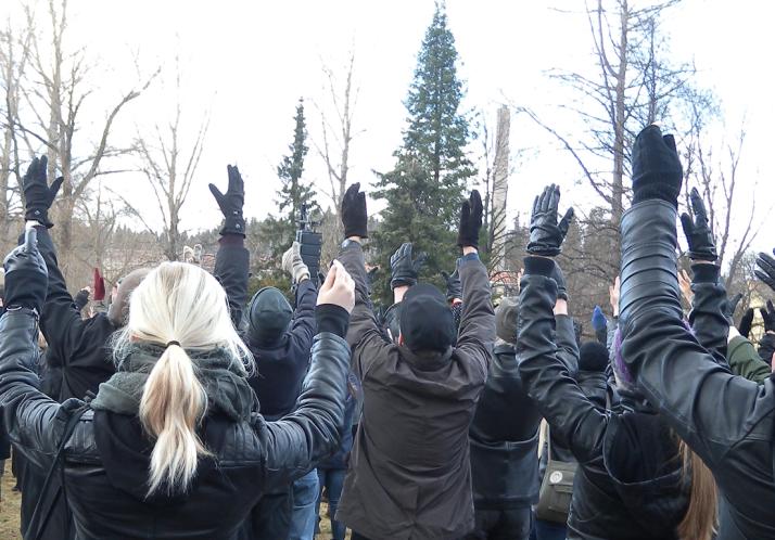 Kädet kohti taivasta
