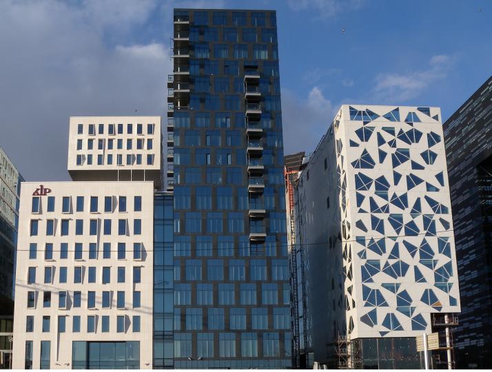 Valkoisessa, rakenteilla olevassa  talossa oikealla epäsymmetriset ikkunat ja vasemmalla varjot epätavallisia. Oslo.