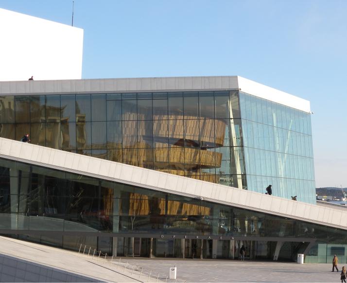 Oslon oopperatalon sisäänkäynti.