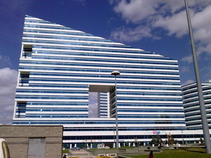 Reikiä vinokattoisessa talossa. Astana.