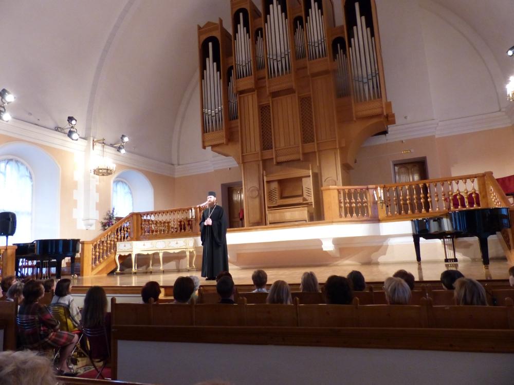 Munkki esittelee luostarikuoron entisen luterilaisen kirkon alttarilla.