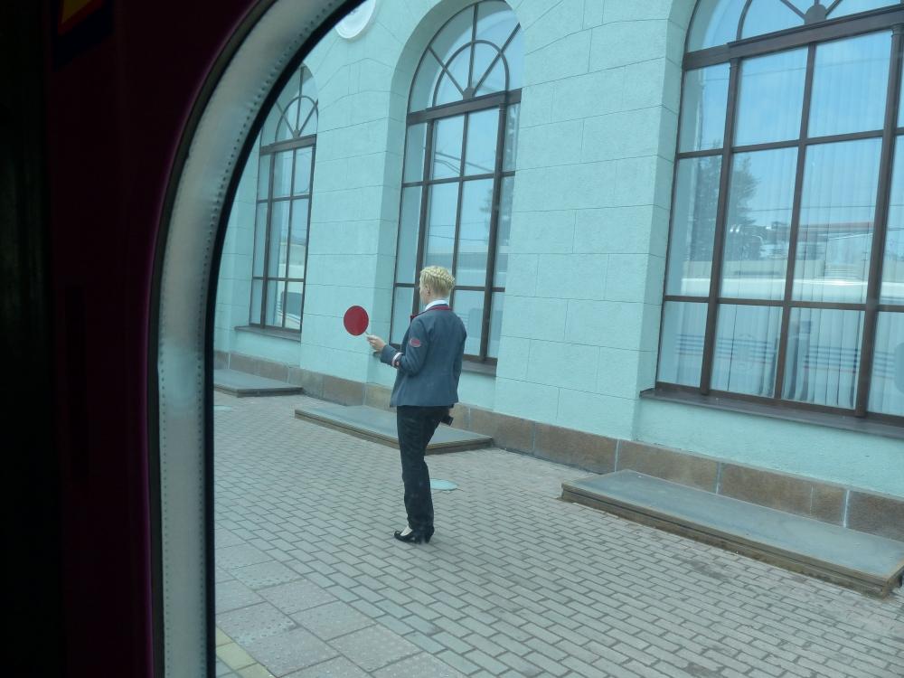 Näpsäkkä junanlähettäjä Viipurissa.