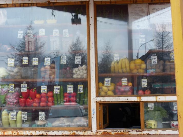 Kioskin luukusta ostan hedelmiä ja juotavaa.