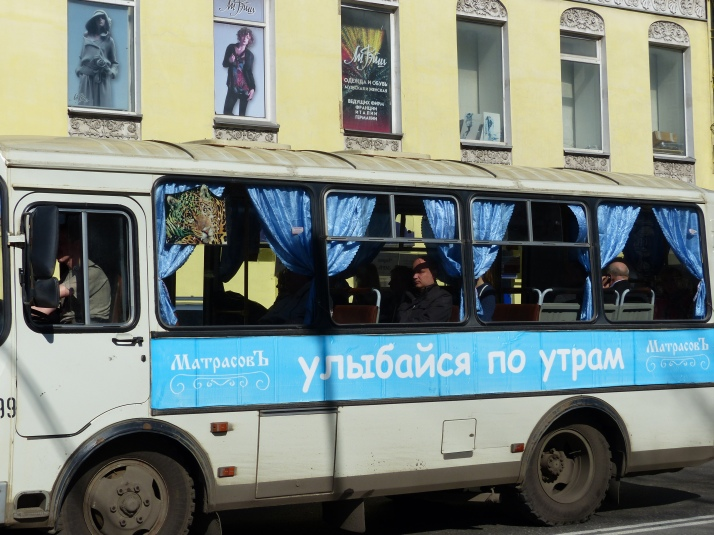 KIvat verkot ikkunoissa. Bussin kylljessä mainostetaan hyvää heräämistä hyvältä patjalta.