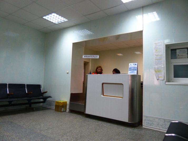 Matkustajia Arkangeliin pyydetän lähtöselvitykseen. Narjan-Marin lentokenttä.