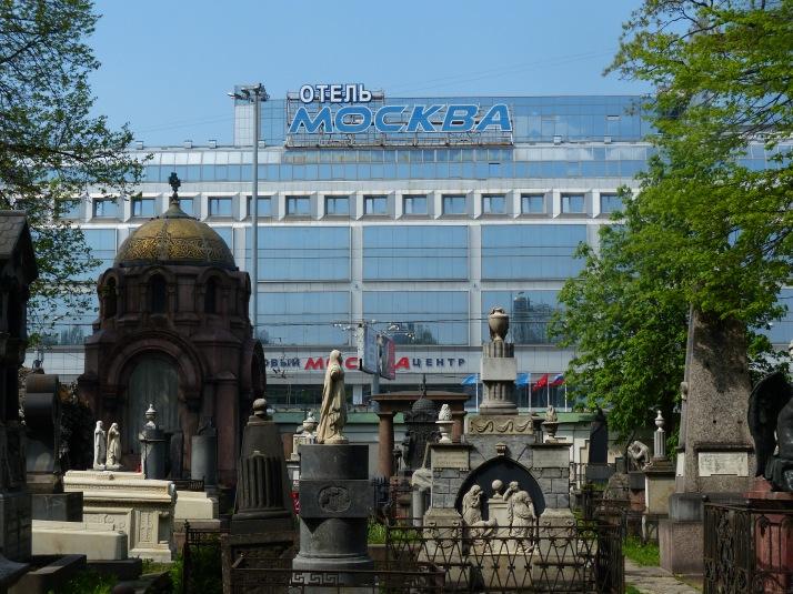 Lavran hautakivet  ja Moskova-hotelli Nevskin päässä Pietarissa.