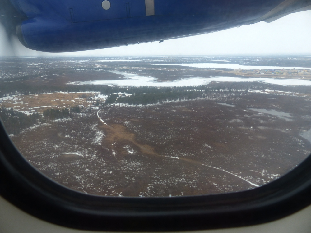 Lunta näkyy lentokoneen ikkunasta. Lähestymme Narjan-Maria.