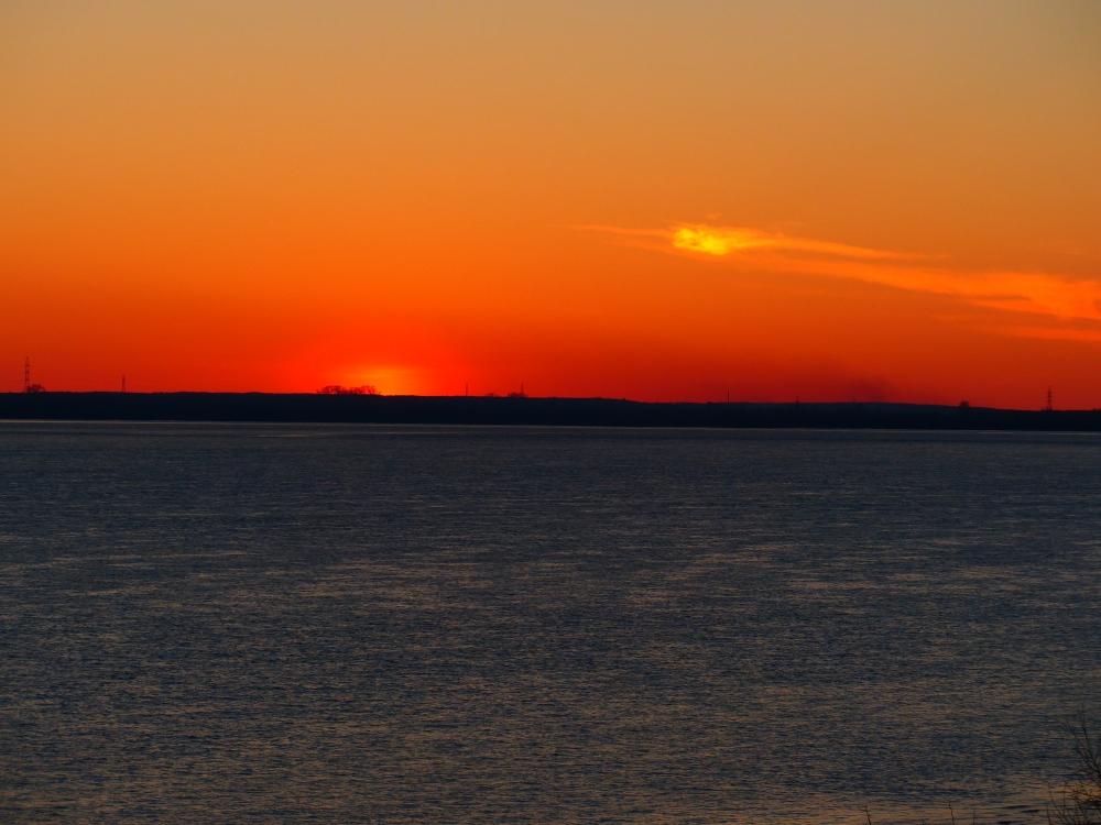 Vienan virran henki on muuttunut siniseksi oranssin yötaivaan alla.