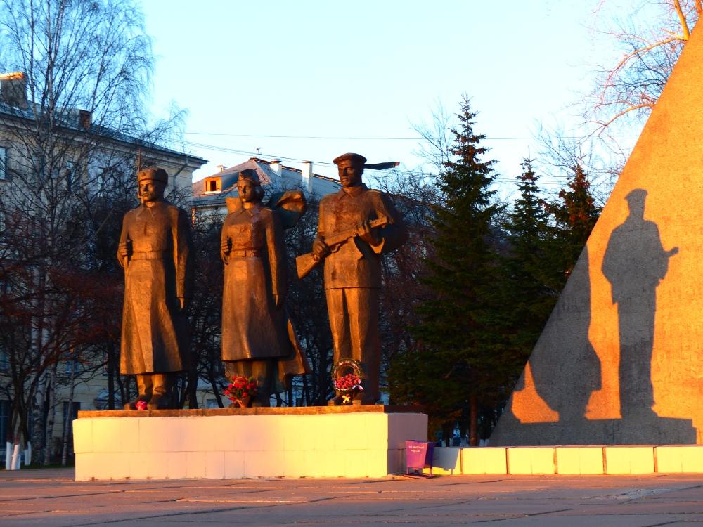 """""""Suuren isänmaallisen sodan"""" (1941-1945) muistomerkki Arkangelissa."""