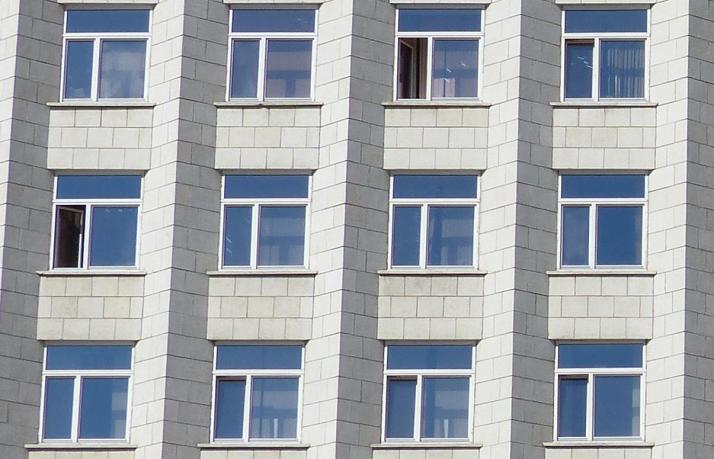 Virastomaiset ikkunat.