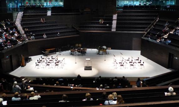 Orkesteri jaettiin kahtia Jukka Tiensuun Mood: sterophonic music esitystä varten.