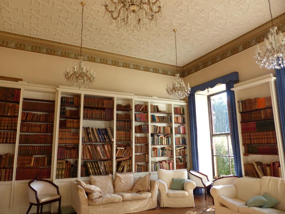 Gaunts Housen kirjastossa on kunnioitettava kokoelma vanhoja Ensyclopedia Britannicoita, sanomalehtiä nidottuna valtaviksi nahkaselkäisiksi kirjoiksi ja muuta entisen herraskartanon kirjallisuutta.