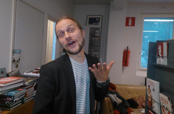 Valmistuu kyllä, Jyri Pitkänen vakuuttaa, vaikka yhtään teosta ei vielä ole seinällä ja avajaishetki koittaa kohta.