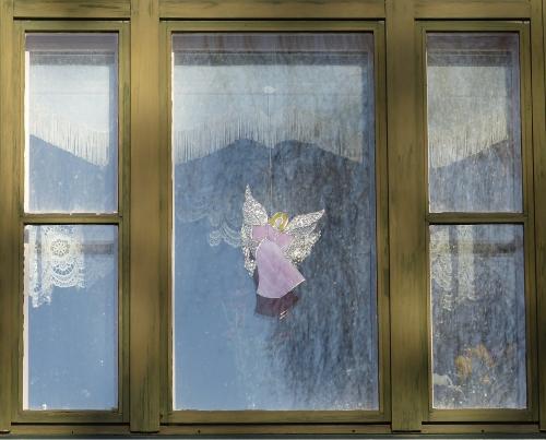 Enkeli ikkunassa.
