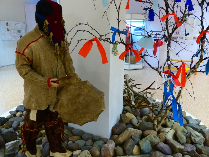 Samojedi-nenetsishamaani museossa. Narjan Mar, Nenetsia.