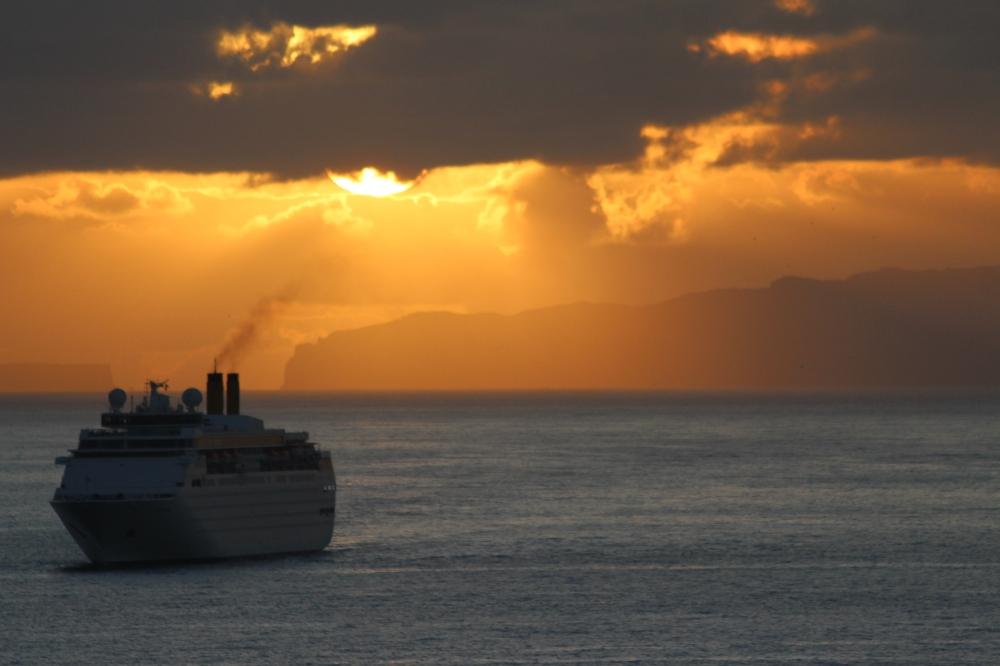 Laiva auringon nousussa.