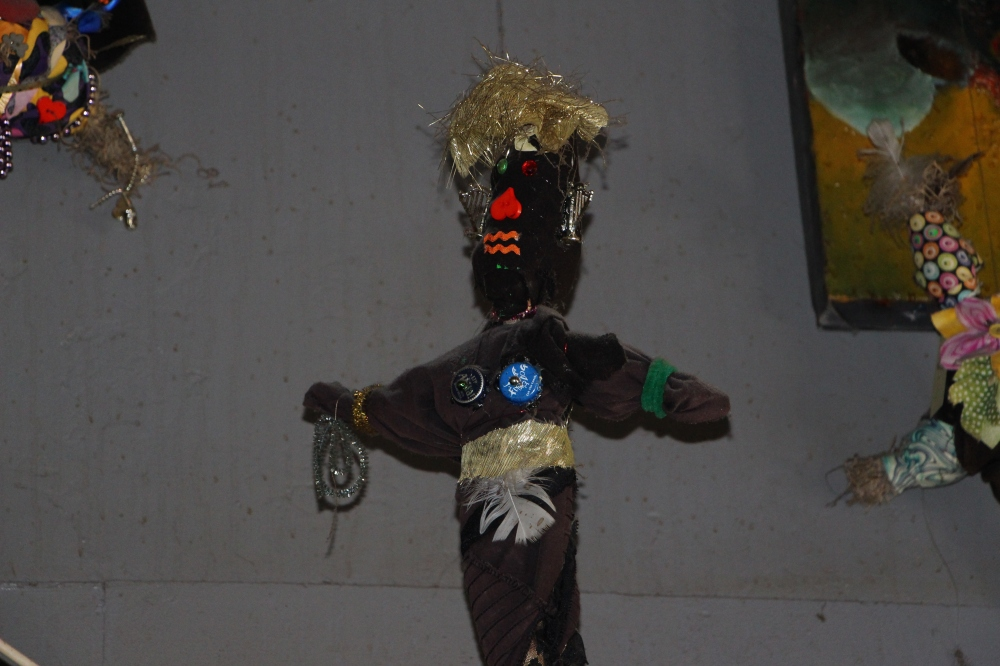 Voodoo-nukke roikkuu pubin katosta.