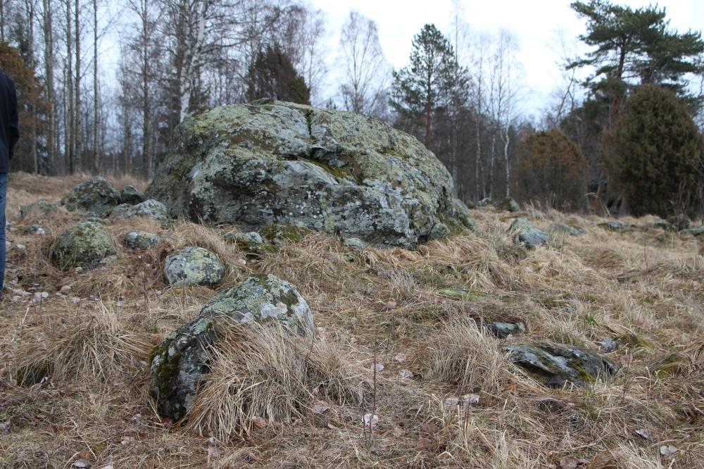 Silmäkivi Päiväänniemen kalmistossa. Seudulle on haudattu ihmisiä yli tuhat vuotta sitten