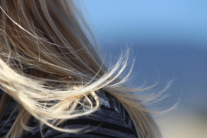 M:n hiukset Santa Monican tuulessa.
