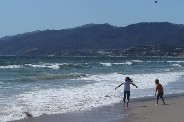Iloa meren rannassa, vuorten kupeessa.