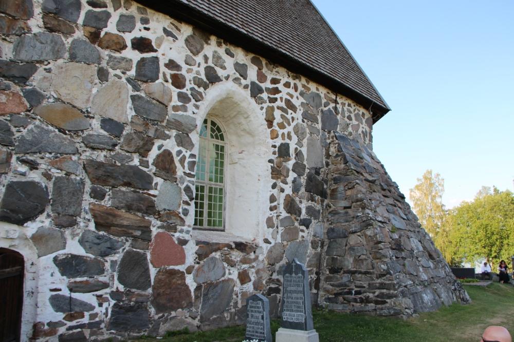 Pyhän Marian kirkon ulkonurkka.