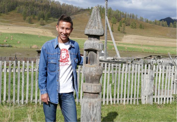 Oppaamme Vasil esittelee hevospaalua eli kylän keskelle pystytettyä hevosten parkkipaikkaa.