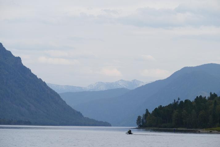 Näkymä Kultajärvelle johtavaan solaan Artybashista.