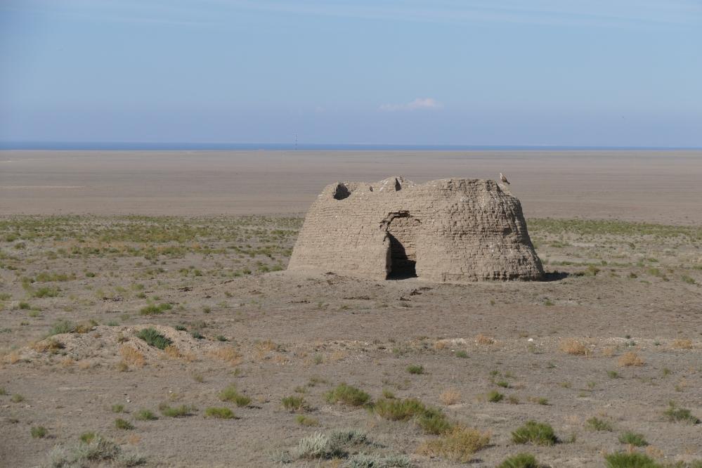 Muinaisen paimentolaishaudan (mazor) jäänteet Itä-Kazakstanin arolla.