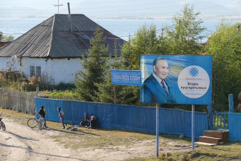 Nuoret Urunhaikan kylänraitilla. Julisteessa Kazakstanin presidentti Nursultan Nazarbaev.