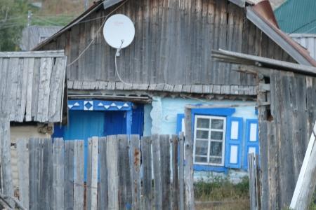 Lautasantenni talon seinustalla Urunhaikassa.