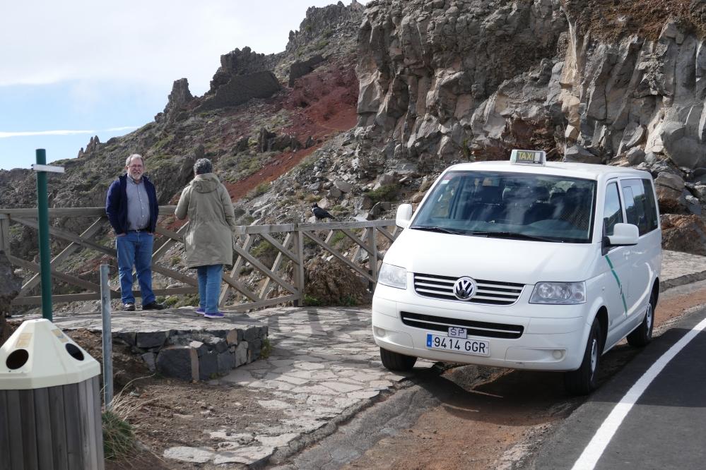 Gregorio ja fyysikko odottelevat vuorelta laskeutujia.