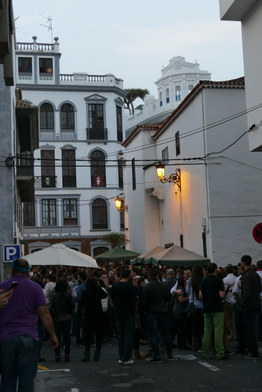 Uuden vuoden kansankokous pikkukadulla Santa Cruzissa La Palman saarella.