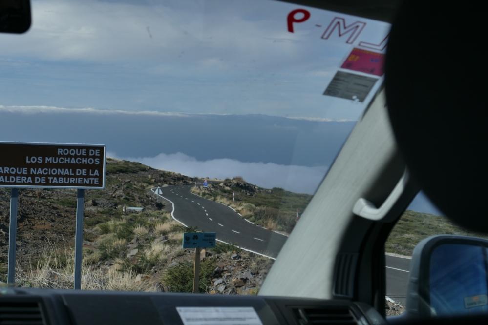Ajamme ylös ja alas mutkittelevaa tietä kohti muinaisen tulivuoren kraaterin reunaa 2,5 kilometrin korkeuteen.