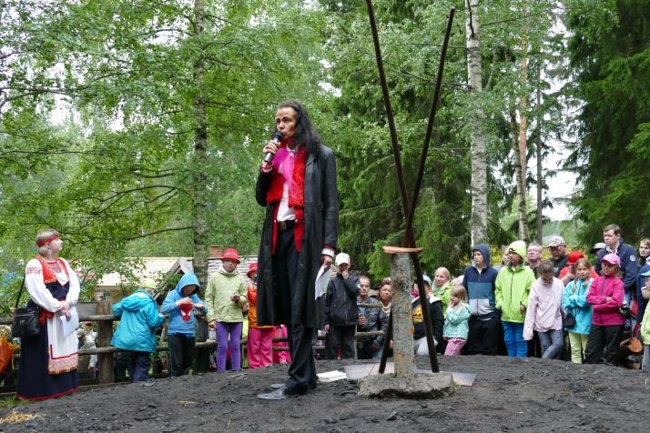 Vesilahden seurakunnan kirkkoherra Harri Henttinen siunasi tervahaudan ja markkinat.