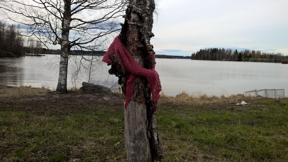 Vilustunut puu. Sillä on kurkku kipeä. Liina auttaa.