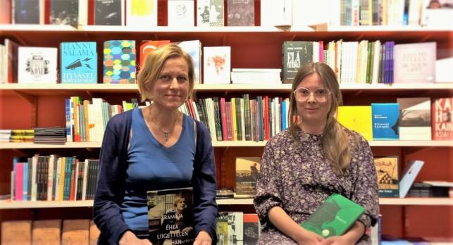 Anja Erämaja (vas.) ja Pauliina Haasjoki lukivat runojaan Tulenkantajien kirjakaupassa Tampereella.